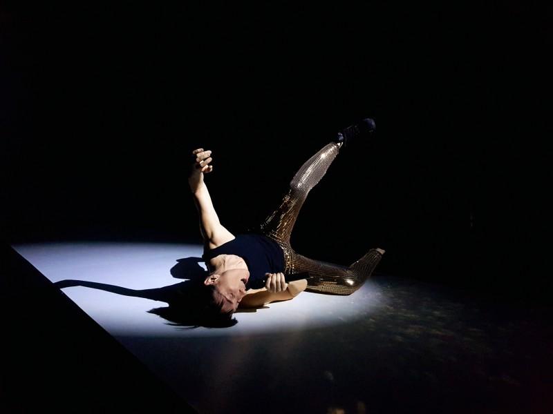 Rebota-rebota-y-en-tu-cara-explota-c-Quim-Tarrida_Filature_Mulhouse_Theatre National Wallonie Bruxelles_szenik