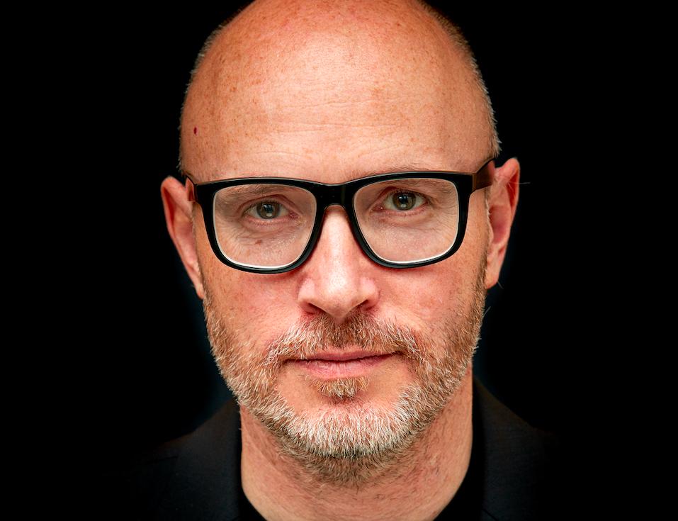 Porträt #szenikmag: Chefdirigent Baldur Brönnimann stellt die Basel Sinfonietta vor.